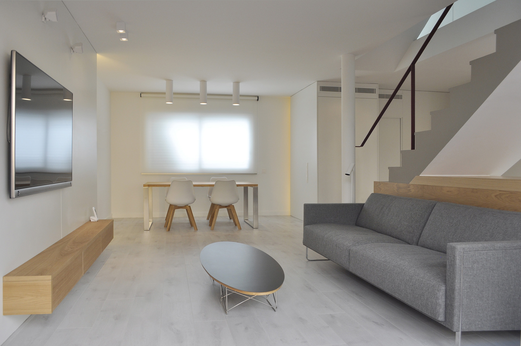Interior minimalista para una joven pareja rardo architects for Casa minimalista barcelona capital
