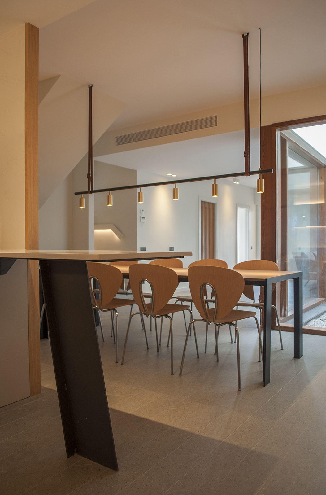 12-architecture-sitges-interior-design-barcelona-dinning-room-lamp-silestone-steel-courtyard-silestone