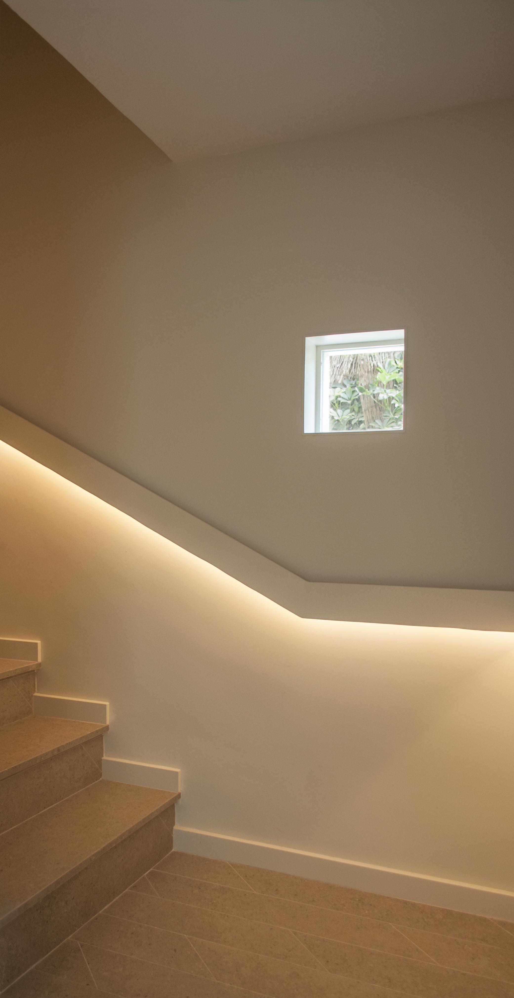 6-arquitectura-sitges-interiorismo-barcelona-escalera-led-pasamanos-acero-ventanas-modernas