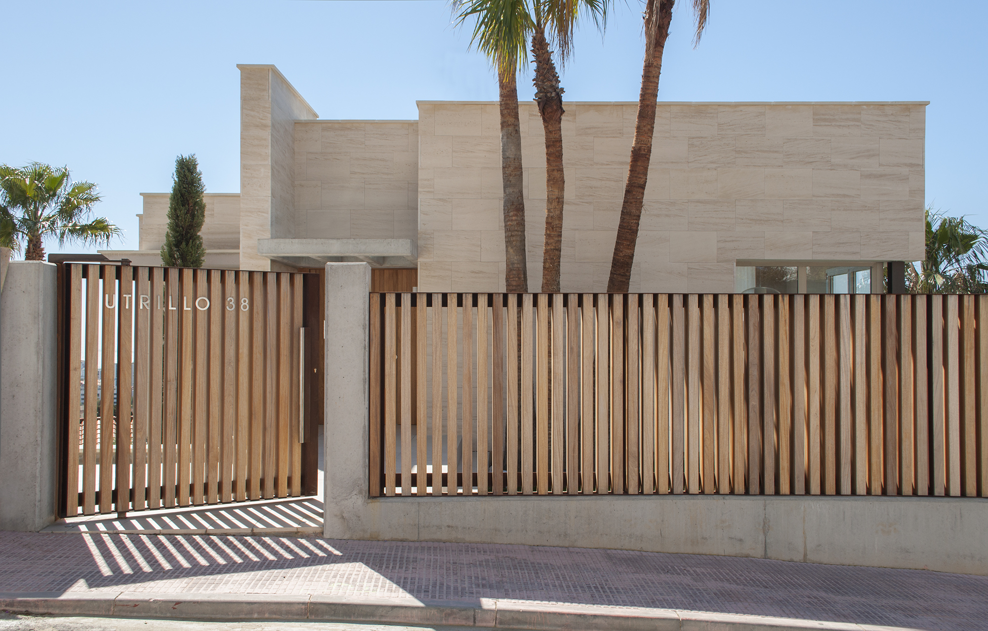 1-rardo-architects-houses-sitges-elevation-entrance-wood-fence