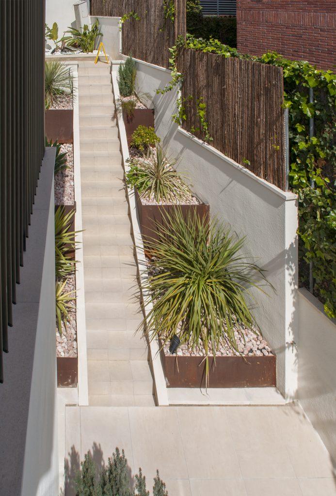 16-c-rardo-architects-casas-en-sitges-lamas-volumen-terraza-jardin-escalonado-gradas-escaleras