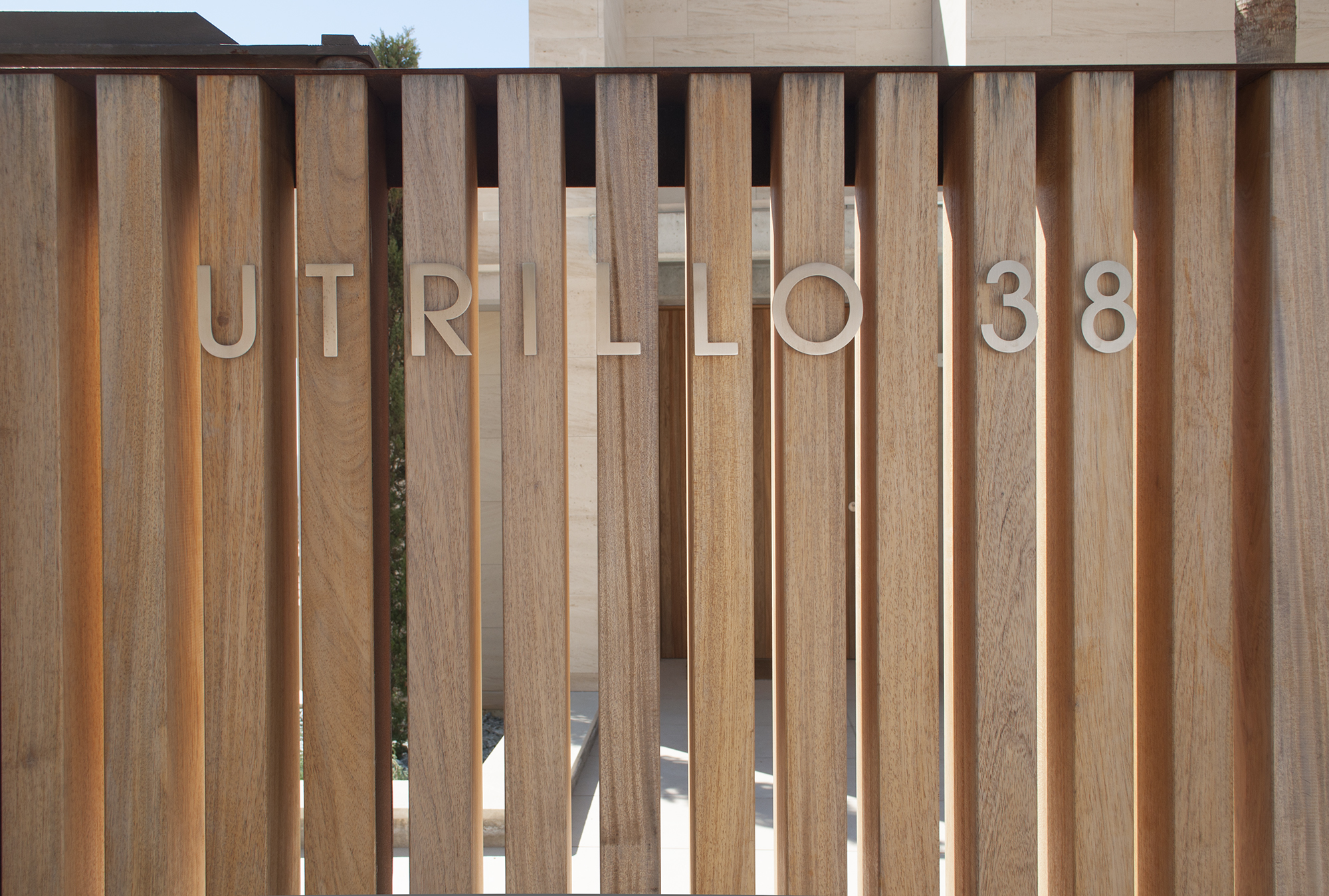 2-rardo-architects-houses-sitges-elevation-entrance-wood-fence