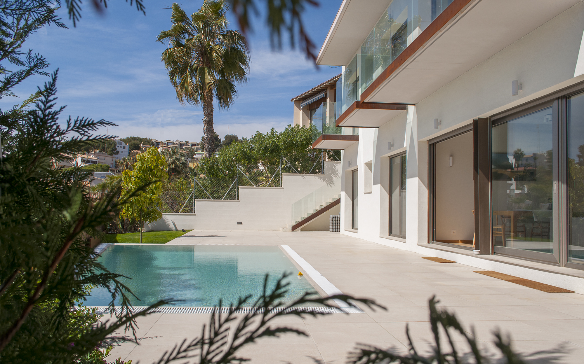 26-rardo-architects-casas-en-sitges-jardin-con-piscina