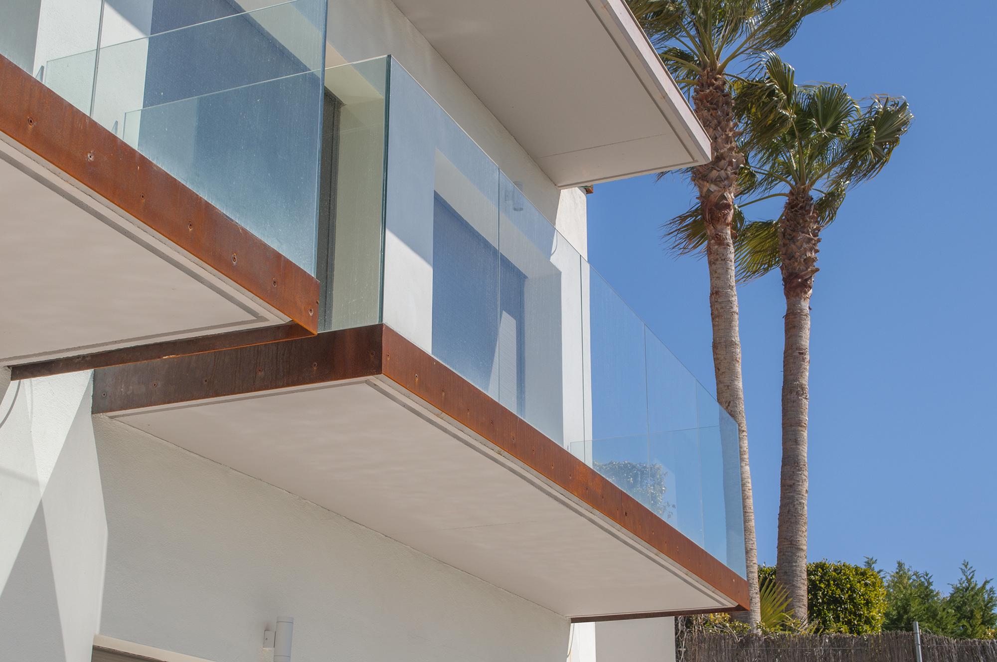 27-rardo-architects-casas-en-sitges-balcones-acero-corten-ventanas