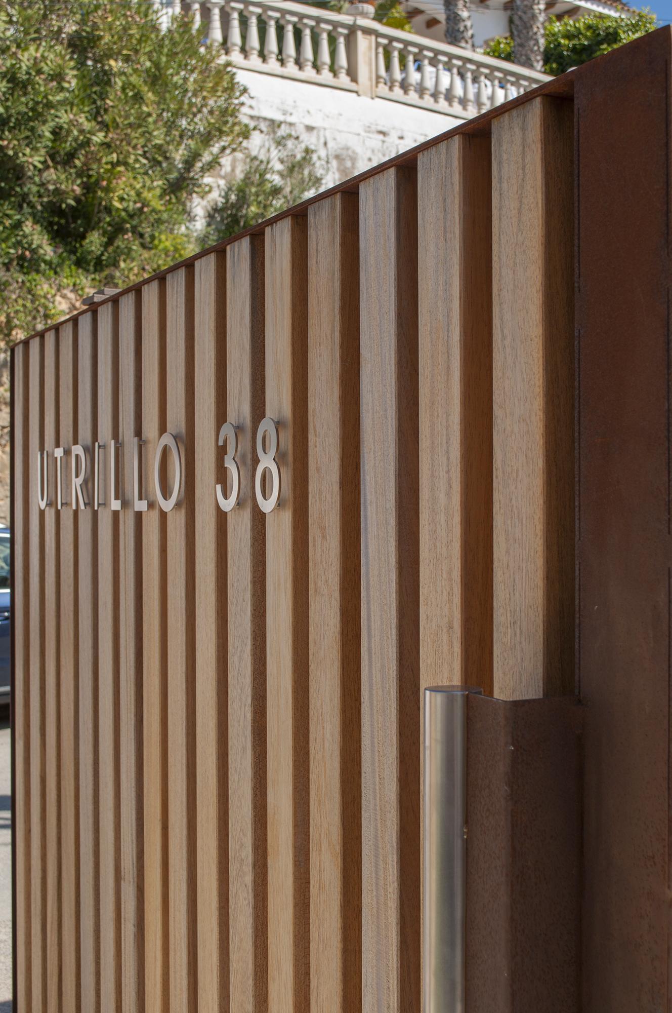 3-rardo-architects-casas-en-sitges-fachada-entrada-valla-de-madera