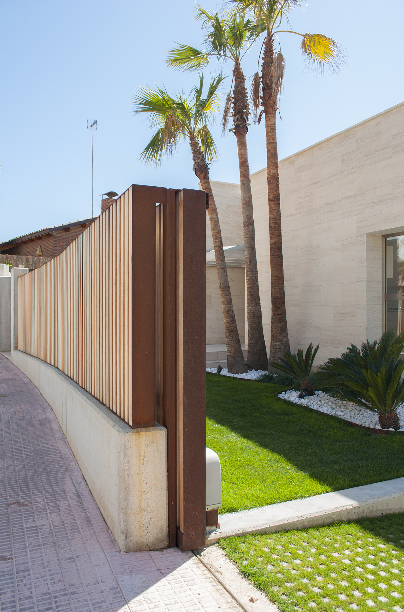 5-rardo-architects-houses-sitges-elevation-entrance-wood-fence