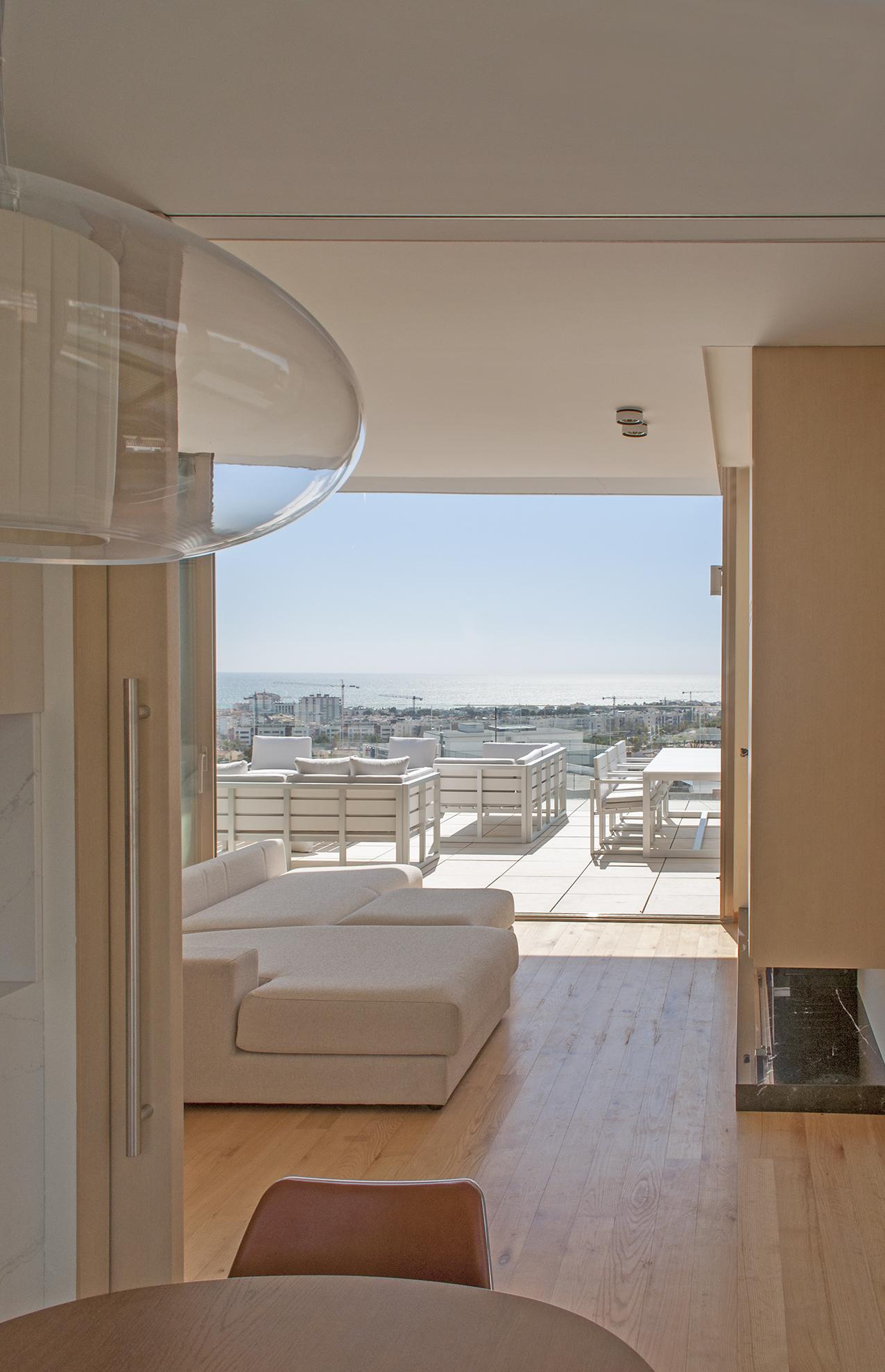 20-rardo-architects-houses-in-sitges-diseno-interior-salon-comedor-vista-al-mar-sofa