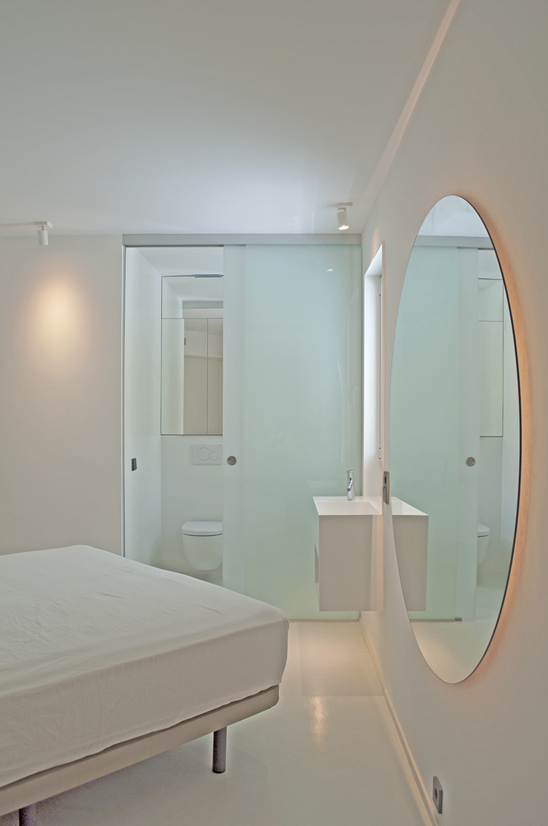 bedroom-rardo-achitects-arquitectos-seashore-sitges-barcelona-bathroom-white-mirror