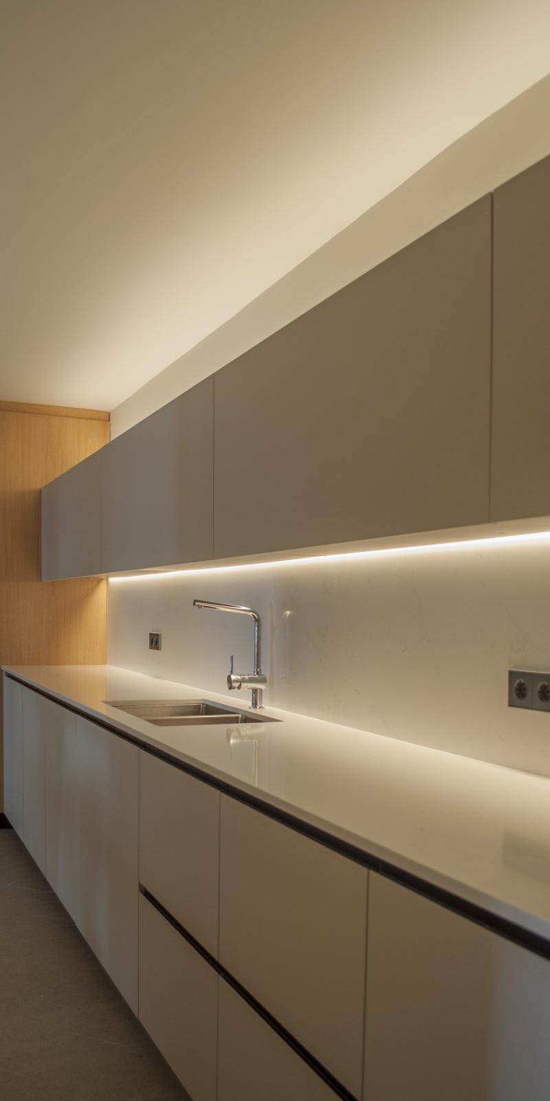 13-arquitectura-sitges-interiorismo-barcelona-cocina-moderna-silestone-led-madera-