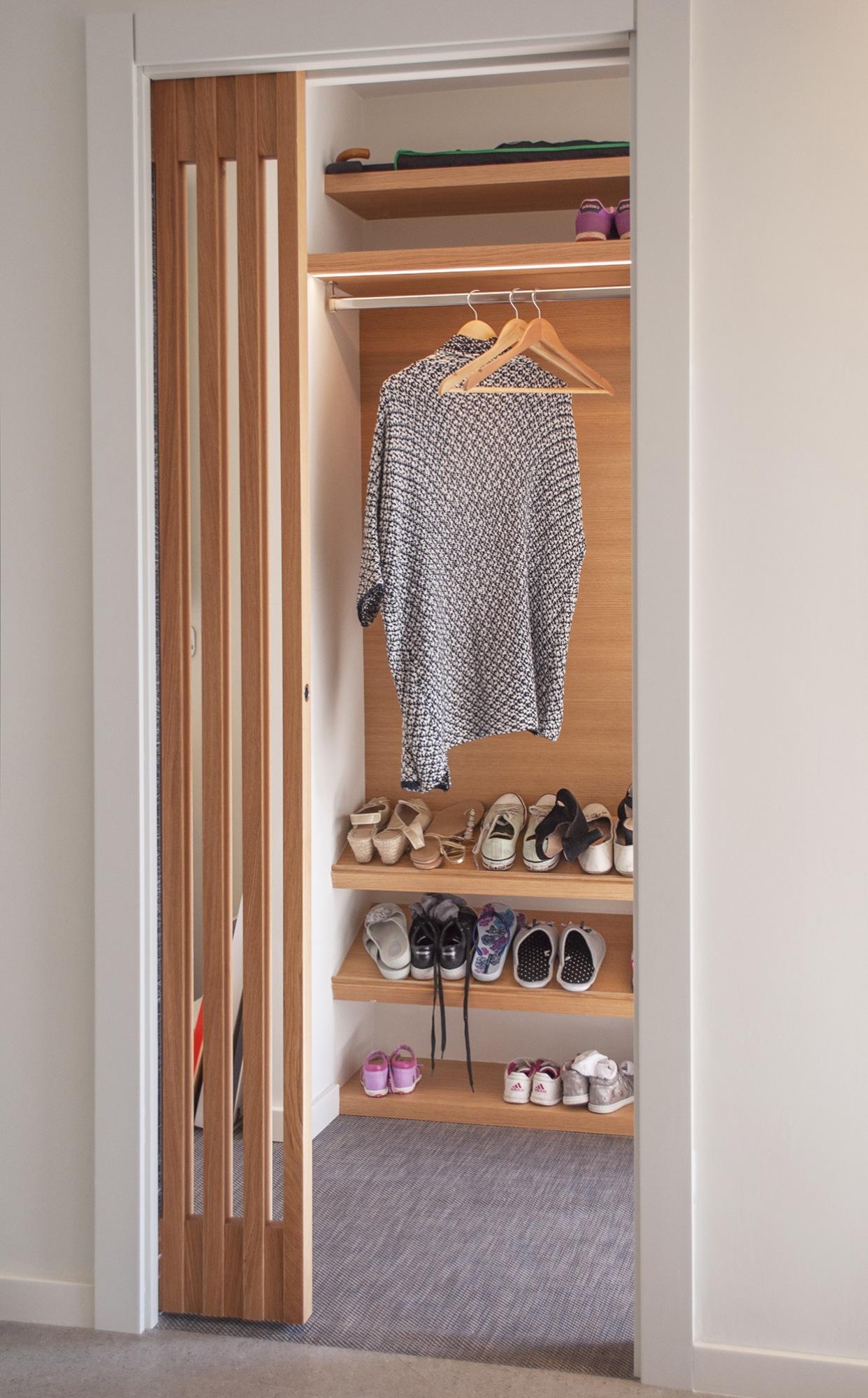 18-arquitectura-sitges-interiorismo-barcelona-recibidor-abierto-madera-armario-