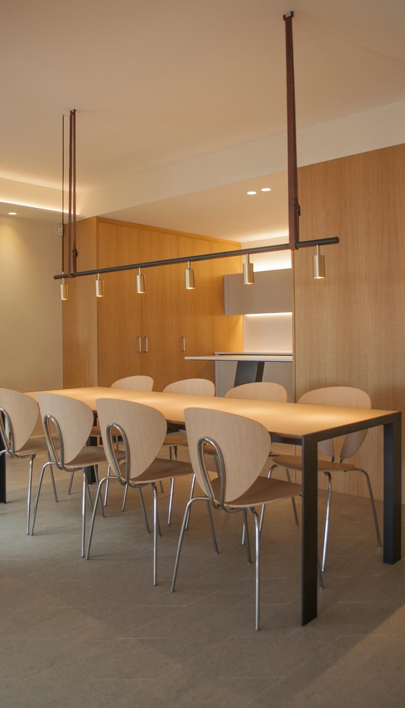 2-architecture-sitges-interior-design-barcelona-dining-modern-lamp-globus-debeb-stua-wood-kitchen-led