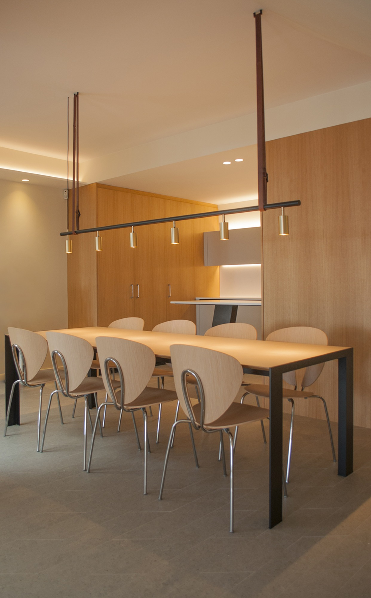 2-architecture-sitges-interior-design-barcelona-dining-modern-lamp-globus-debeb-stua-wood-kitchen-led