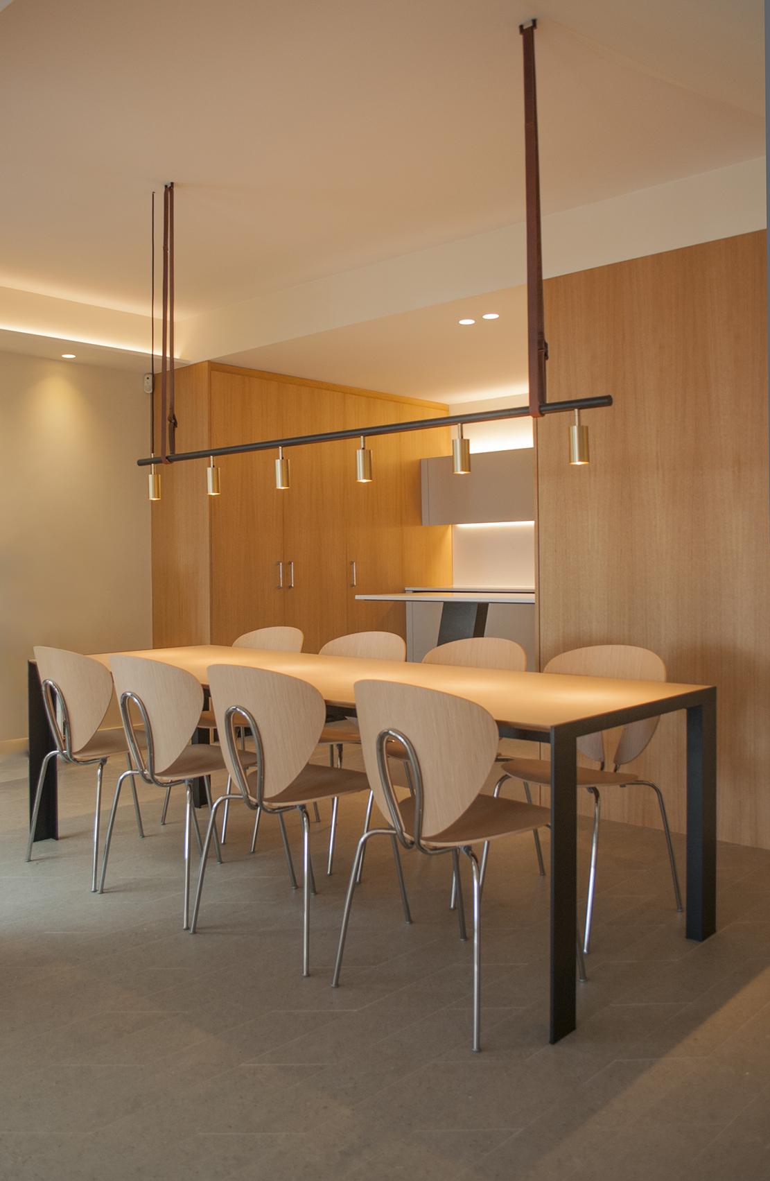 2-arquitectura-sitges-interiorismo-barcelona-comedor-moderno-lampara-globus-debeb-stua-madera-cocina-led