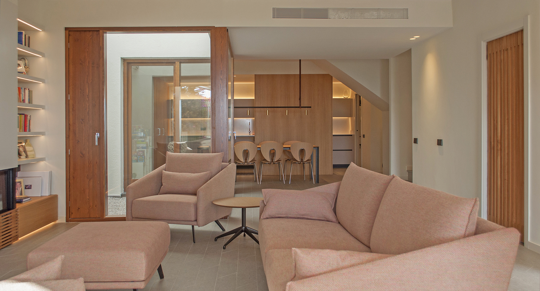 3-arquitectura-sitges-interiorismo-barcelona-salon-comedor-moderno-costura-globus-madera-cocina-patio