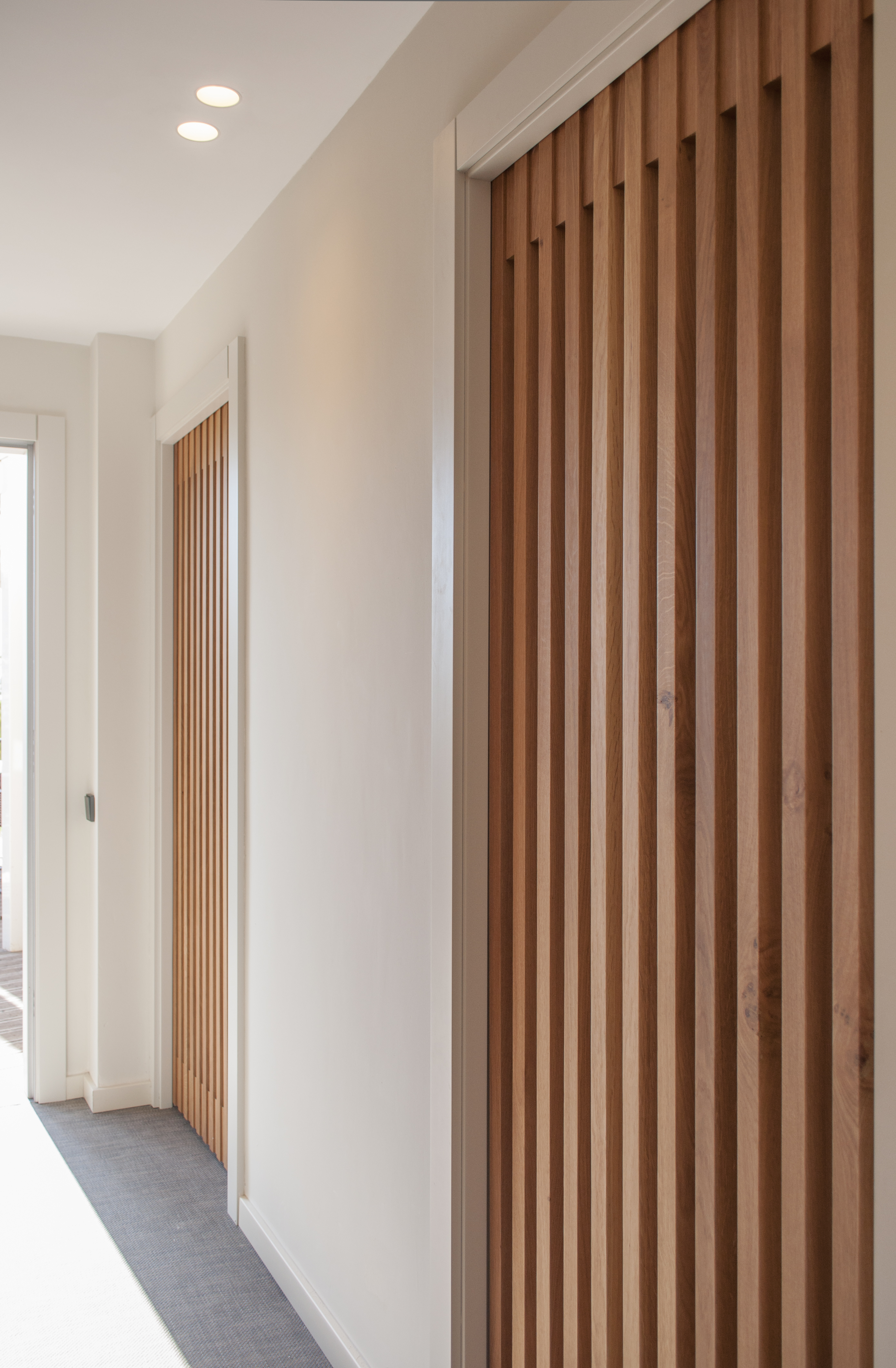 5-arquitectura-sitges-interiorismo-barcelona-puertas-modernas-correderas-madera-iluminacion-moderna