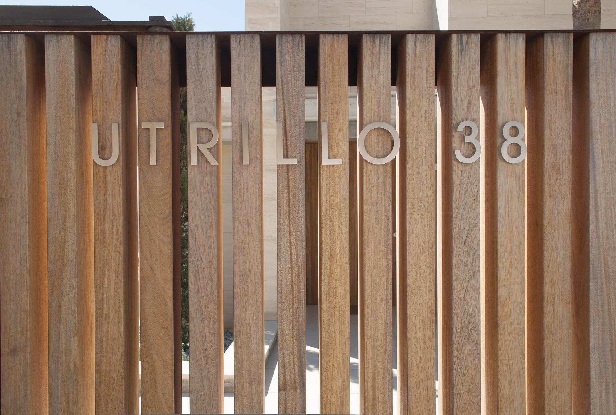2-rardo-architects-houses-sitges-elevation-entrance-wood-fence