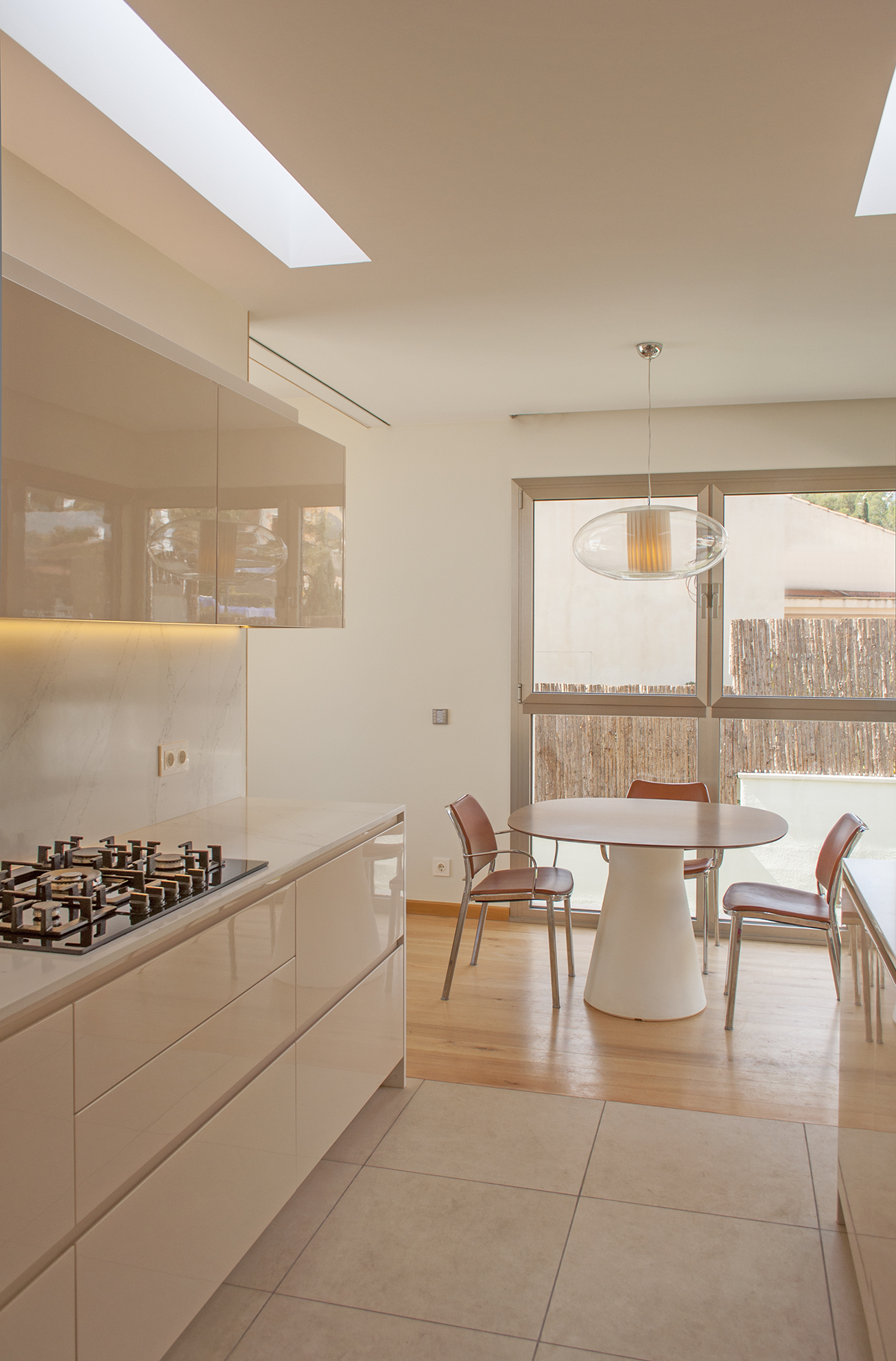 22-rardo-architects-houses-in-sitges-interior-design-dining-room-kitchen-lighting-lights