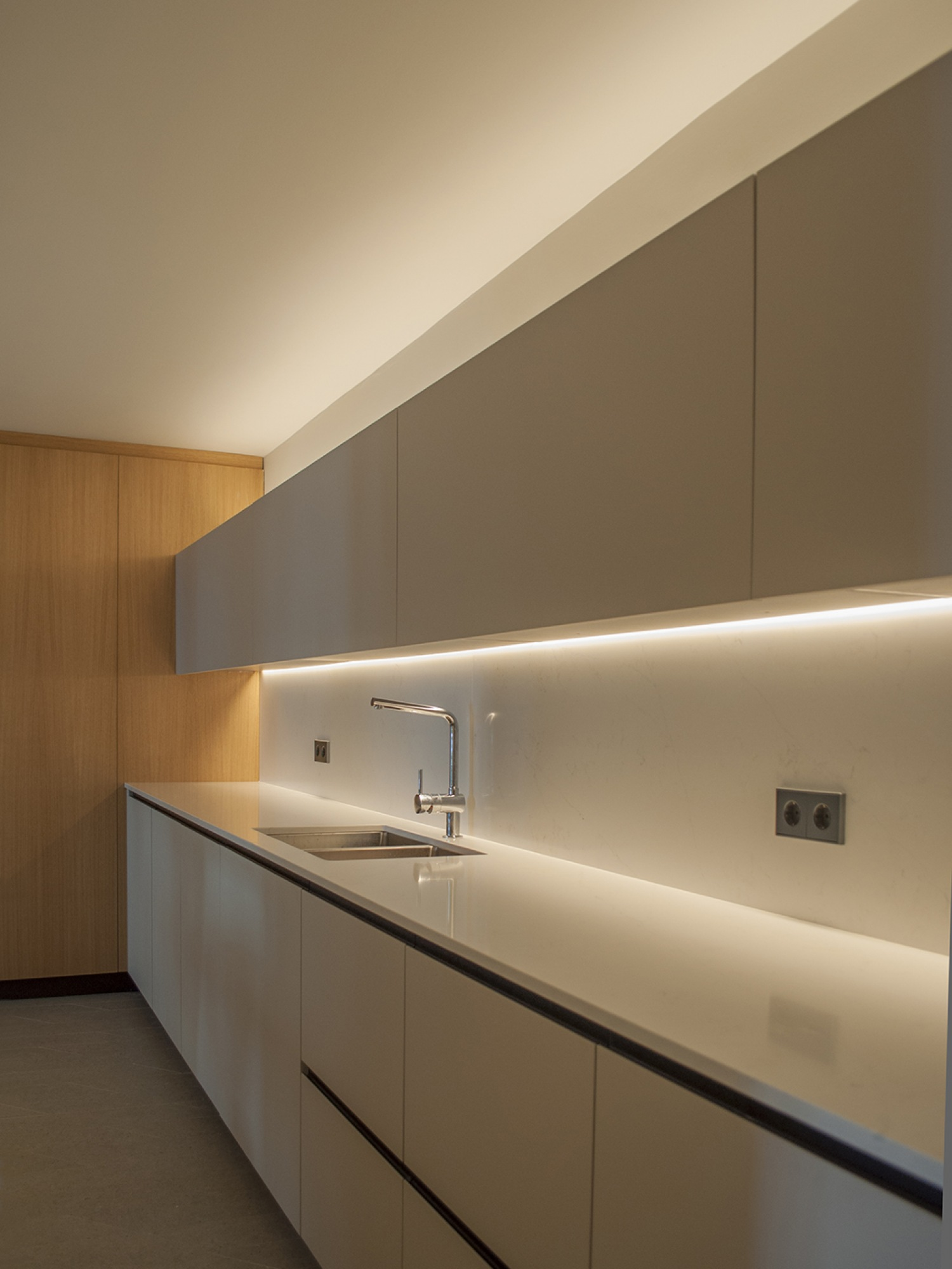 13-architecture-sitges-interior-design-barcelona-kitchen-modern-silestone-led-wood