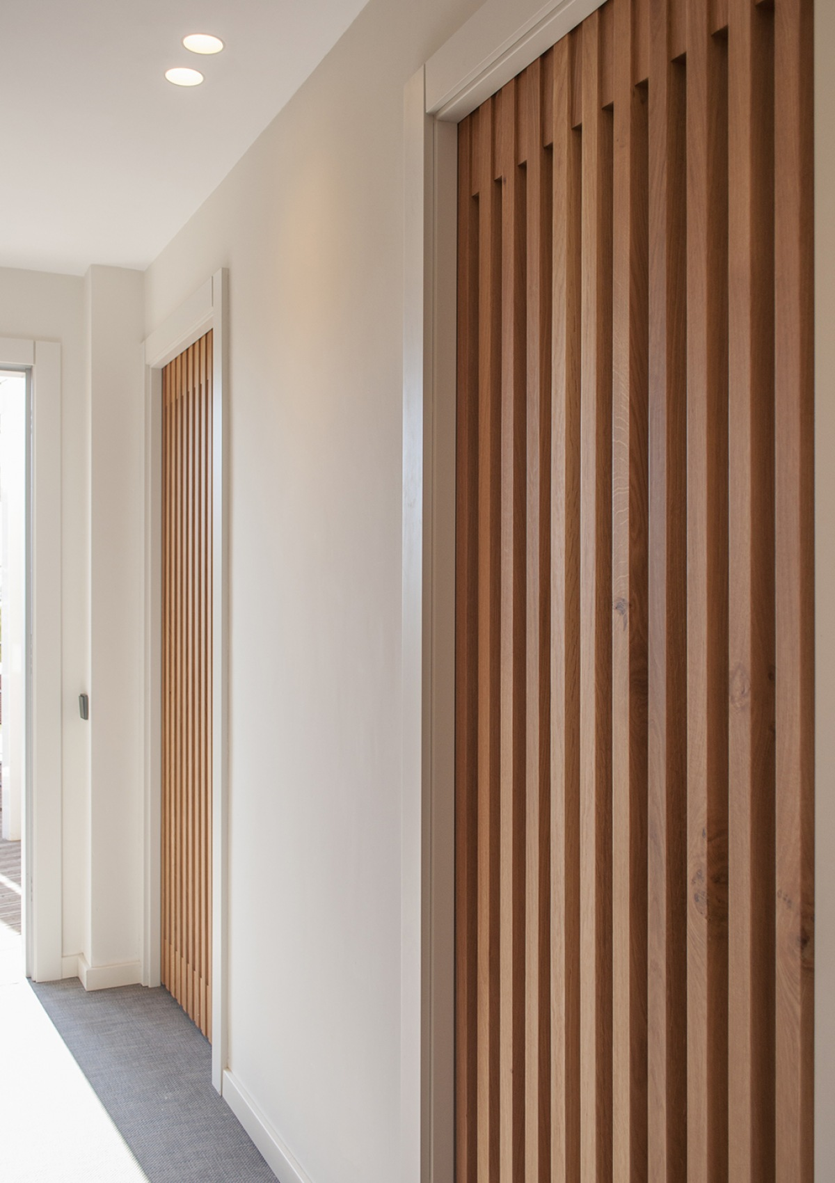 5-architecture-sitges-interior-design-barcelona-doors-wood-modern-desing-lights
